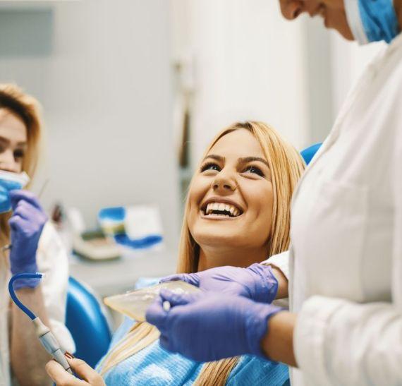 dentysta usuwa kamień nazębny